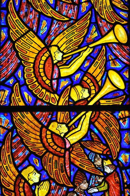 Détail du vitrail de l'Ascension par François Décorchemont - Eglise de Pacy-sur-Eure