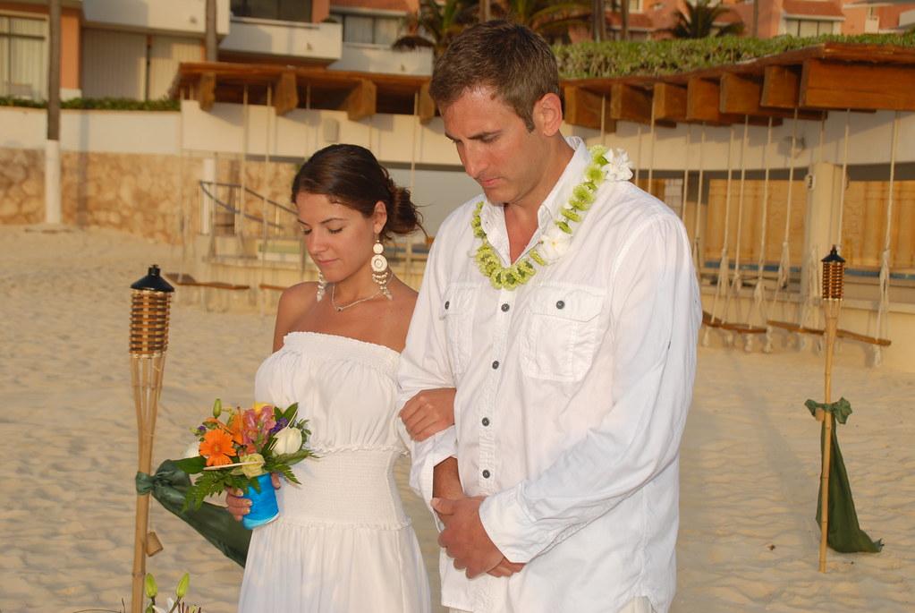 Pareja Casandose En La Playa Del Hotel Weddings Pics Omnicancun