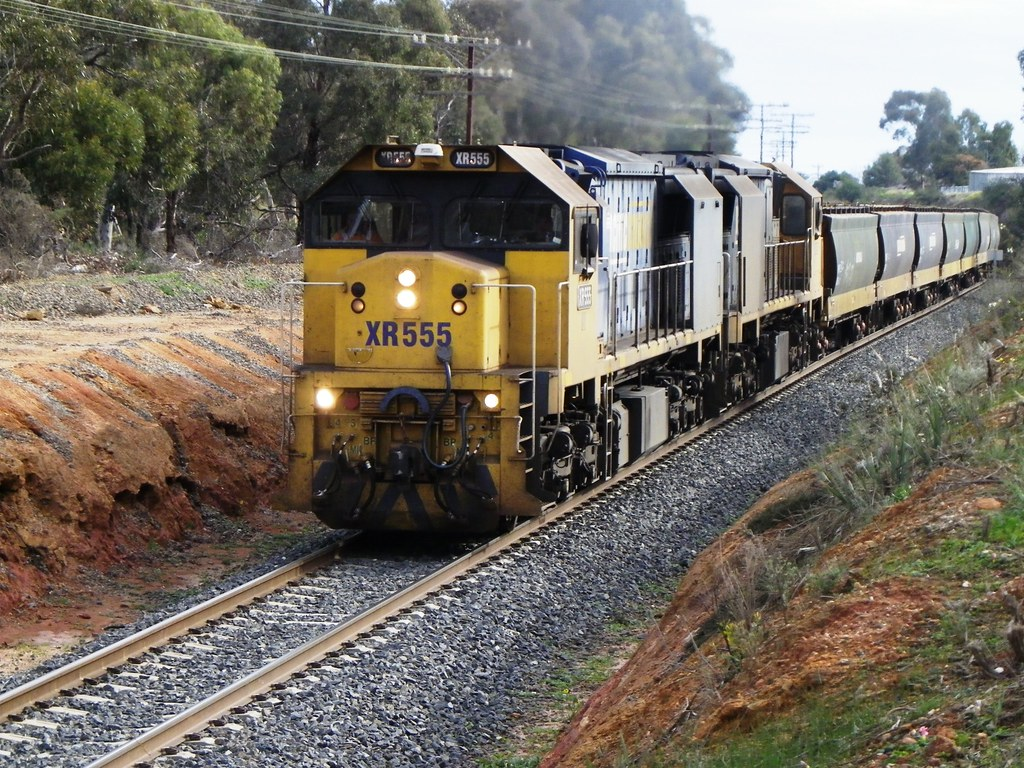 XR555, 559 on 79xx grain to Geelong climb Stawell Bank by Greensleeves.94