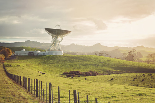 warkworth satellite earth station radio telescope antenne antenna nikon paysage landscape new zealand nouvelle zélande nature wild sauvage d7200 automne autumn quiet calme calm vacances holidays road trip nikkor clouds nuages bleu vert green arbre tree champ field sunset coucher soleil nuage cloud astronomie astronomy technology huge auckland northern island university aut