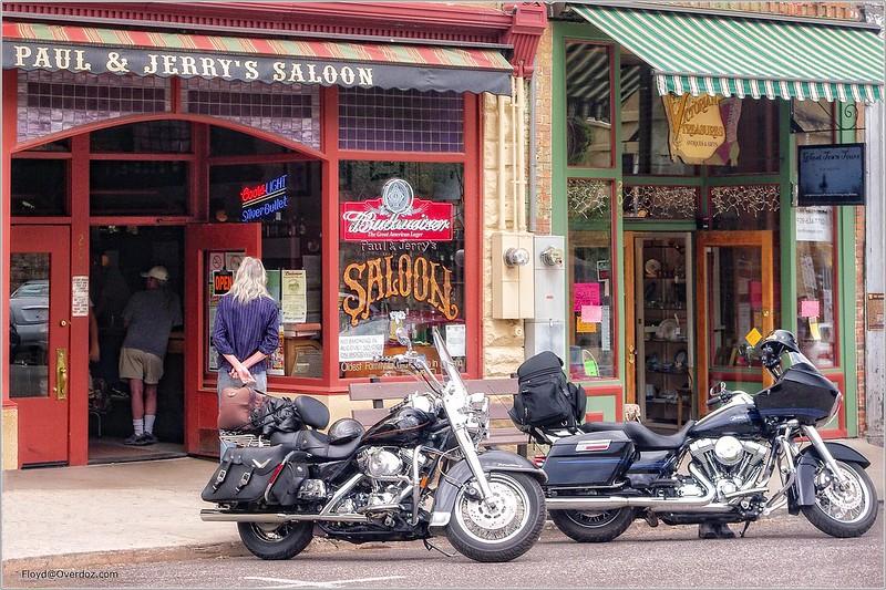 Les Harley ont remplacé les Chevaux devant les Saloons..... :o)