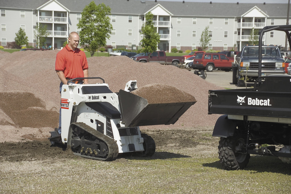 MT52 Mini Track Loader Hauling Sand | A Bobcat MT52 mini tra… | Flickr