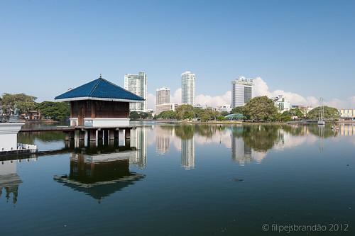 city cidade lake skyline architecture lago temple arquitectura asia cityscape buddhist srilanka serendipity colombo westernprovince budista paisagemurbana geoffreybawa serendib filipebrandão ceilan beiralake zf2 ceilão nikond700 distagont2825 230countriessrilanka ceilon serendipidade distagon2528zf2