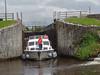Die Waveearl Sunflower bei der Ausfahrt aus der Schleuse Nr. 15 Tirmactiernan Lock im Shannon-Erne Waterway by Prefektionist