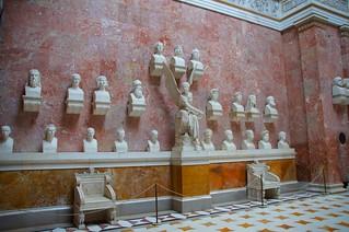 Walhalla -- Linke Wand mit Büsten und zwei der zwölf Marmorsessel von Ernst Mayer   by Polybert49