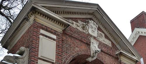 圖2.哈佛大學校門上的野豬頭標誌。