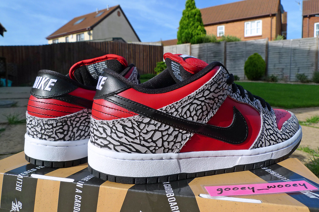 new style 99a16 0d1df ... Nike Dunk Low Premium SB x Supreme - Fire Red   Black - Cement Grey (