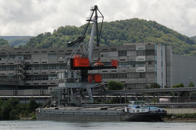 Gütermotorschiff GMS Don Bosco II ( Baujahr 1964 - Tonnage 1481t - Länge 85m - Breite 9.50m - ENI 02203999 - Rheinschiff - Schiff - Frachtschiff - Ship - Bateau ) auf dem Rhein ( Hochrhein ) beim Entladen bei Birsfelden im Kanton Basel Landschaft der Schw