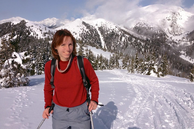 Výraz lyžaře když ho tlačí boty a je mu vedro.