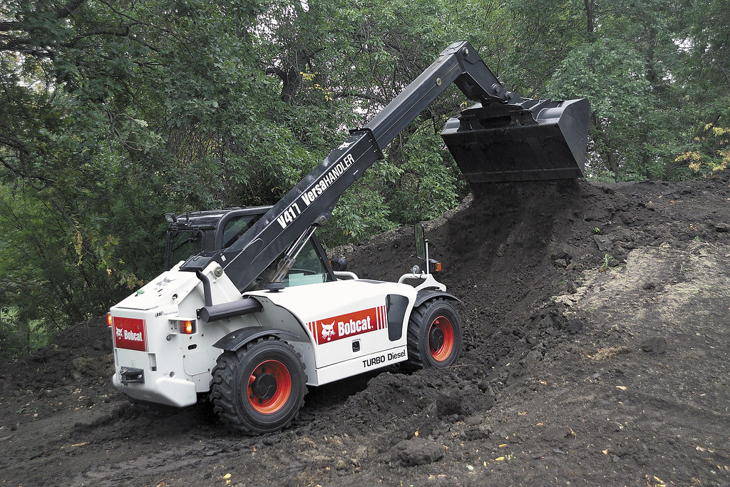 V417 VersaHandler with Bucket: Moving Dirt | This V417 Versa