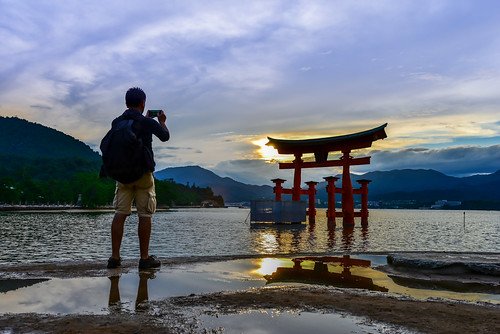 japan hiroshima いつくしまじんじゃ itsukushimashrine miyajima shintoshrine hatsukaichi outdoors scenery sunset silhouette sky cloud people 日本 廣島縣 宮島 嚴島神社 日落 剪影 二日市市 瀨戶內海 倒影