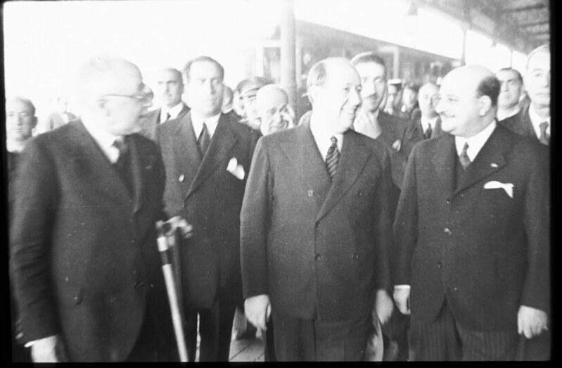 Gil-Robles y Rafael Sánchez Guerra en la llegada a Toledo en la inauguración del automotor Madrid-Toledo en 1935. Fotografía de Santos Yubero © Archivo Regional de la Comunidad de Madrid, fondo fotográfico