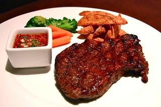 สเต็กเนื้อย่างน้ำจิ้มแจ่ว ร้านโฮลลี่คาว ซอยอารีย์2 | by promoterest