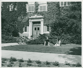 Students in front of Mason Hall in 1942