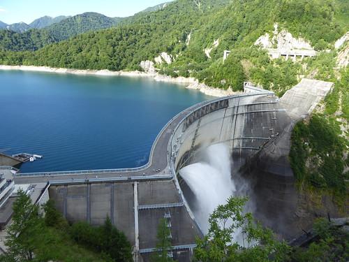 黒部ダム 手前が関電トンネル、奥が黒部ケーブルカー