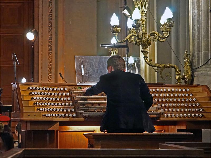 Thomas Ospital à la console du grand-orgue de Saint Eustache à Paris