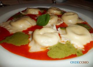 Sorrentinos de burrata com espuma de tomate e basilicão (Massa tipo sorrentino recheada de mozzarella especial com espuma de tomate e basilicão) | by ONDEcomo
