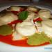 Sorrentinos de burrata com espuma de tomate e basilicão (Massa tipo sorrentino recheada de mozzarella especial com espuma de tomate e basilicão)