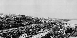 View of Halifax, Nova Scotia, from the waterfront, after the explosion on December 6, 1917 / Vue générale d'Halifax en Nouvelle-Écosse, prise à partir du bord de l'eau après l'explosion du 6 décembre 1917