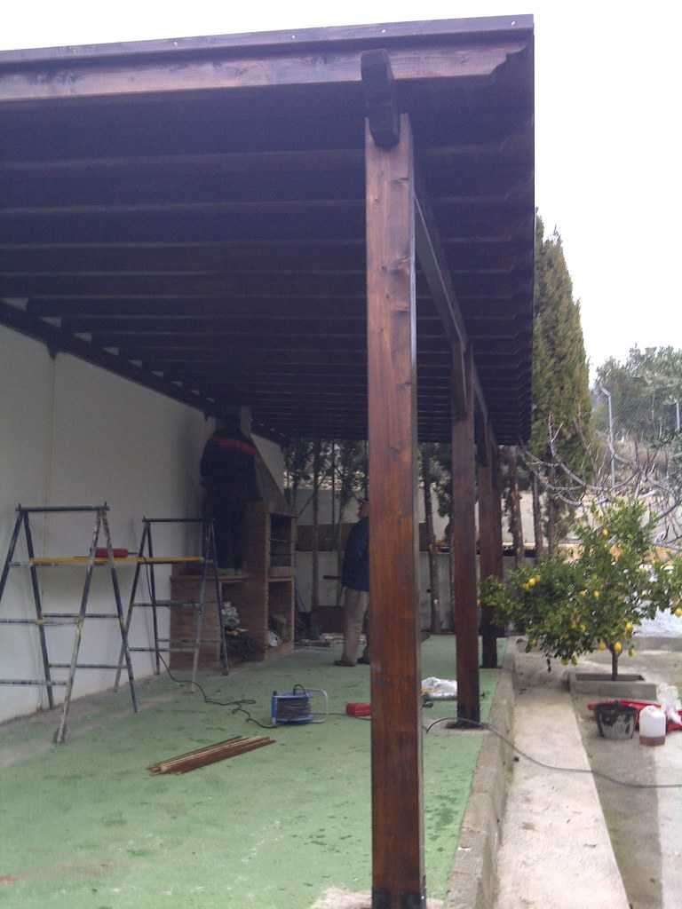 techo de madera tratada para exterior.