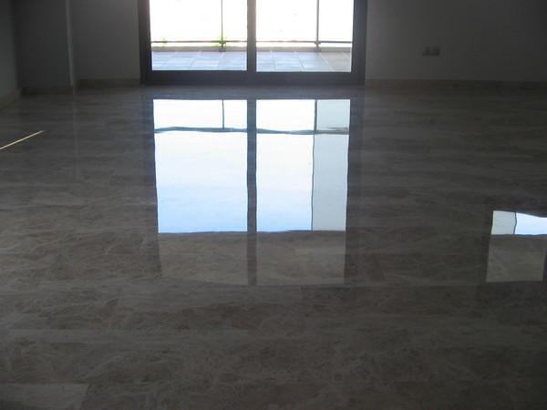 suelo de marmol.