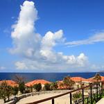萬國津梁館 #2 萬國津梁館,坐落在藍天碧海環抱中的部瀨名岬角之上。它是一座琉球風格與西洋風格完美結合的建築。 (From Tuniu)
