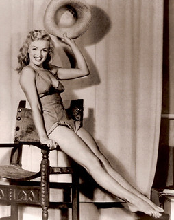 Marilyn Monroe posa para el artista Earl Moran - 1946-1950