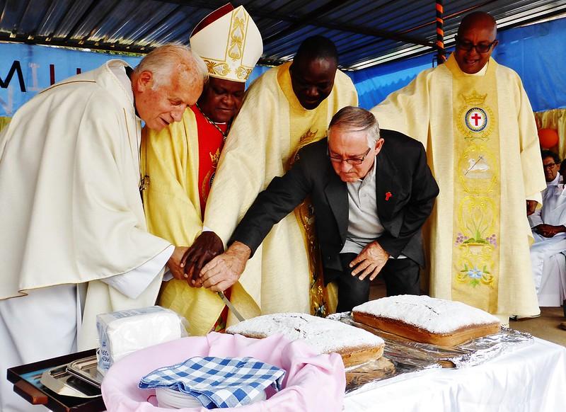 Taglio della torta assieme al vescovo