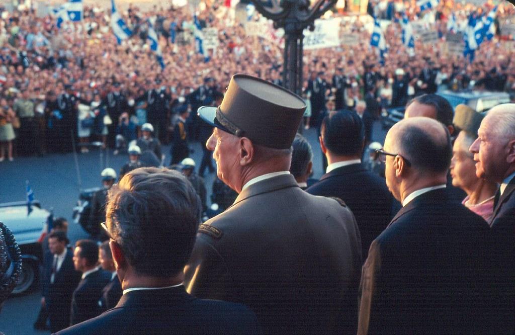Le général de Gaulle devant l'entrée de l'hôtel de ville de Montréal, 24 juillet 1967