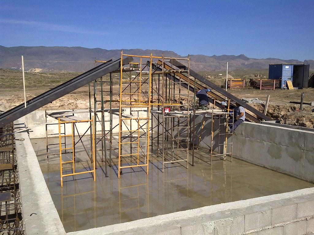 puente sobre piscina