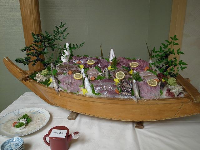 <p>e)13人で釣った魚の一部を宴会のために、寄付して・・・鴨川グランドホテルで盛り付けてもらいました。立派です!<br /> 美味しかったです!</p>