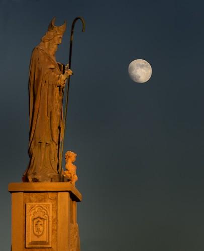 sunset moon statue texas dusk stpeter roundtop festivalhill roundtoptexas edythebateschapel orangestatue roundtopfestival bateschapelroundtop