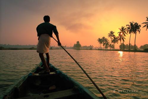 travel india sunrise river boat fisherman earlymorning kerala rowing agni agnimax kadamakkudi