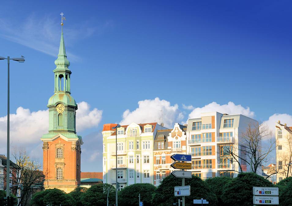 Georgskirche / Heilige Dreieinigkeitskirche   Hausfassaden Mehrstöckige  Wohnhäuser, Etagenhäuser   Historische
