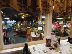 土, 2012-10-27 08:53 - Red Caboose Motelの食堂車から見える売店