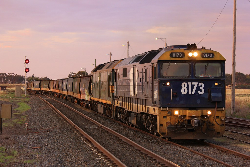 8173 and G528 roll into road 2 at Murtoa by bukk05
