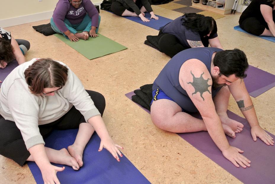 personnes en surpoids qui font du yoga
