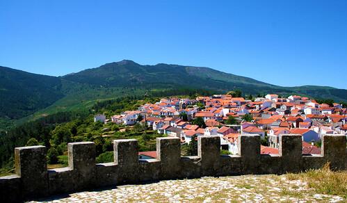 portugal serradaestrela folgosinho aldeia natureza montanha verde casas telhados árvores beleza paz miradouro