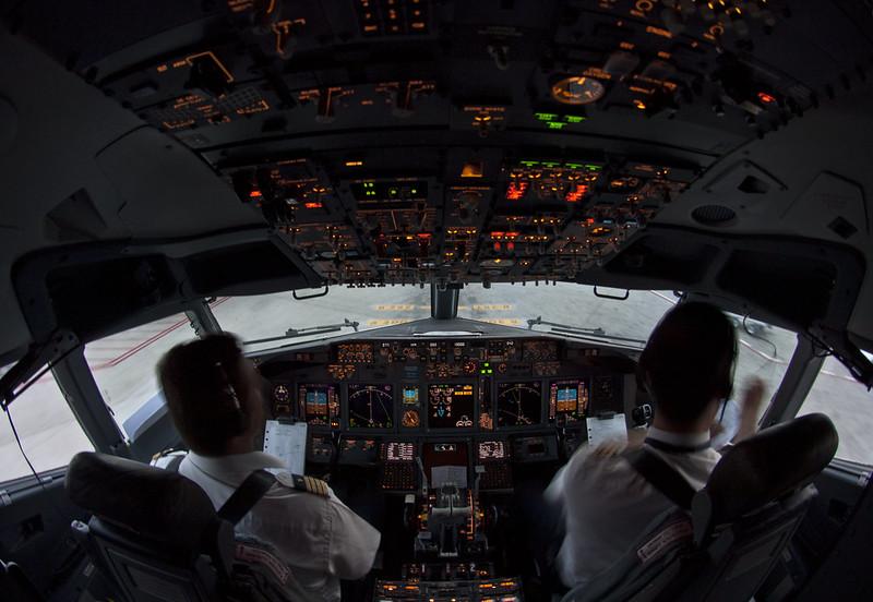 JTS_8569_XX_XXX_B737_800_XXX_20080406_Cockpit