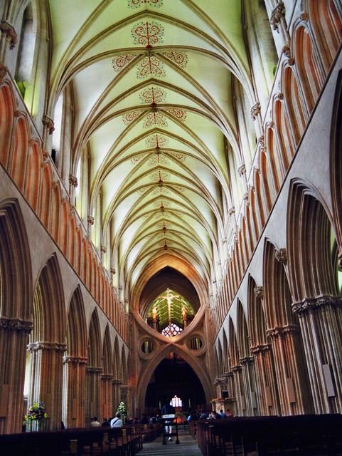 Nef et arc renversé, cathédrale St André, Wells, Somerset, Angleterre, Royaume-Uni.