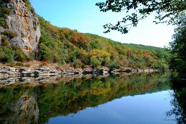 La rivière Aveyron, un début d'automne.