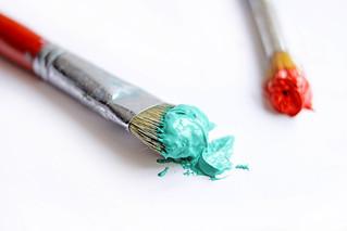 Pinsel mit grüner und roter Farbe | by wuestenigel