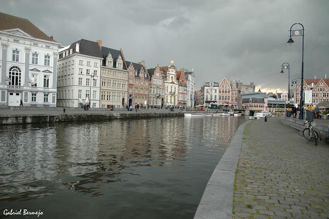 Melancólico vestido gris en Gante - Bélgica