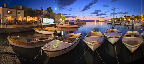 p6261321ap6261325aa1 koaxial pakostane croatia sea water reflection blue hour light lichter illumination boats marina ships harbour hafen clouds sky dark hugin stitch