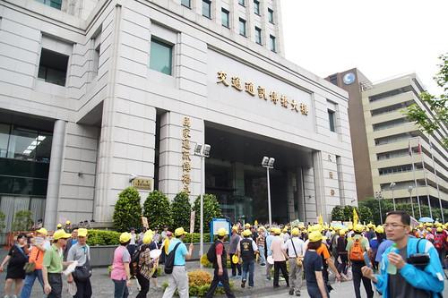 圖33中華電信工會遊行結束後轉往交通部