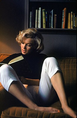 Marilyn Monroe | Marilyn Monroe on sofa with her book. | Abhi ...
