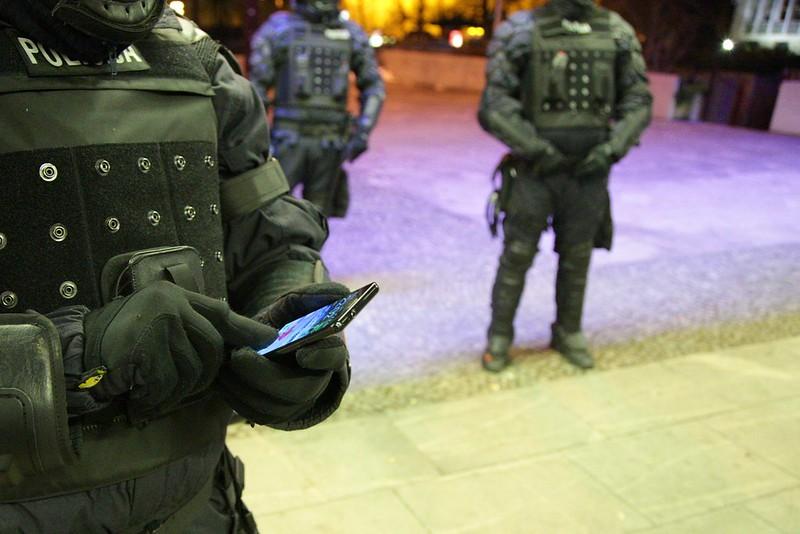 Robocopi imajo tačskrin rokavice :)