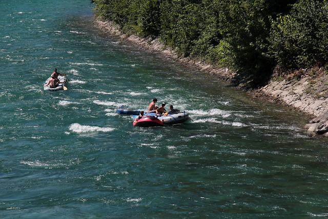 Schlauchboot - Gummiboot bei der Einwasserungsstelle Schwäbis ( Einstieg - EinstiegSchwäbis - EinstiegThun ) am rechten Aareufer der Aare ( Fluss River ) bei Thun im Berner Oberland im Kanton Bern der Schweiz