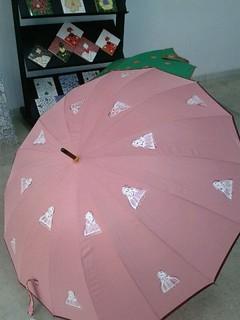 Paraguas rosa con meninas pintadas a mano.