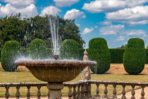fountain water splash spray cooling refreshing garden montacutehouse nationaltrust somerset tree balustrade sky landscape